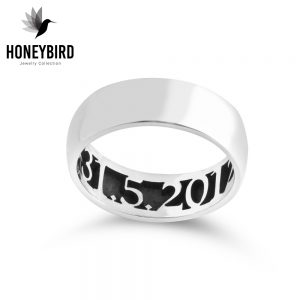 טבעת תאריך ועיטורי פרחים בחלקה הפנימי של הטבעת.